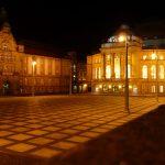 Theaterplatz Chemnitz mit Kunstsammlungen (links) und Oper (rechts)