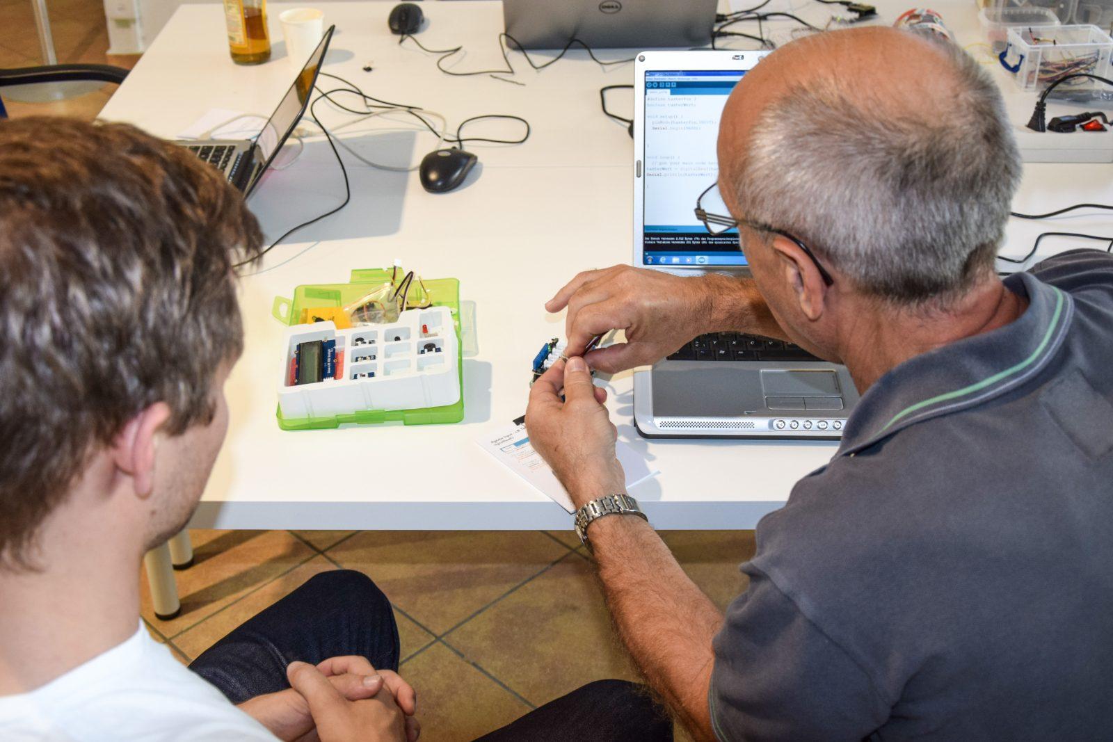 Jung und Alt meistern gemeinsam den Arduino-Kurs.